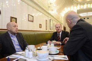 Jens Meyer-Wellmann mit Olaf Scholz und Jörn Lauterbach Cafe Paris Hamburg
