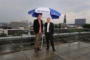 Jens Meyer-Wellmann mit Jörn Lauterbach (l.) auf der Dachterrasse der WELT-Redaktion in Hamburg